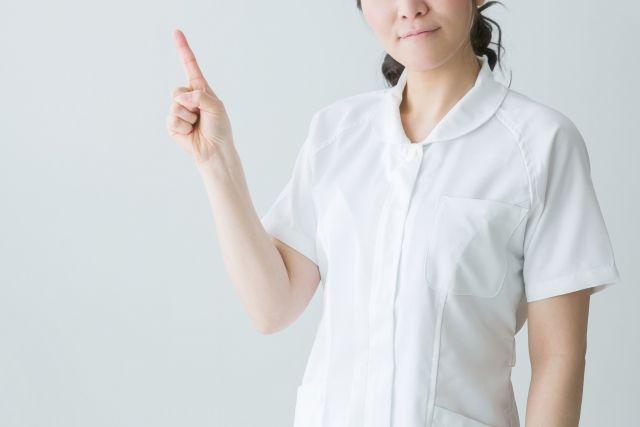 前歯の治療について説明する女性