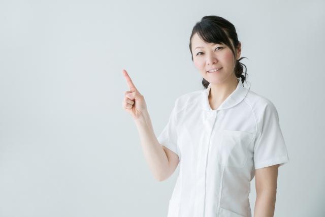 サンシャイン歯科を紹介する女性スタッフ